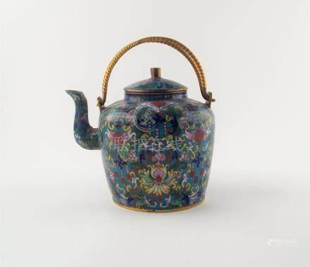 TETERA CHINA. En bronce cloisonné en varios colores. Dos asa