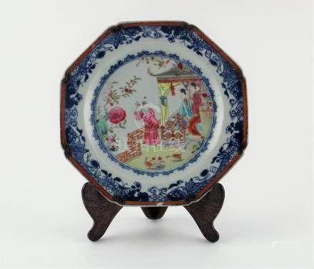 "PLATO HEXAGONAL CHINO. En porcelana decorada ""personajes, av"