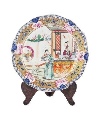 """PLATO CHINO. En porcelana decorada """"personajes y flores"""". Bo"""