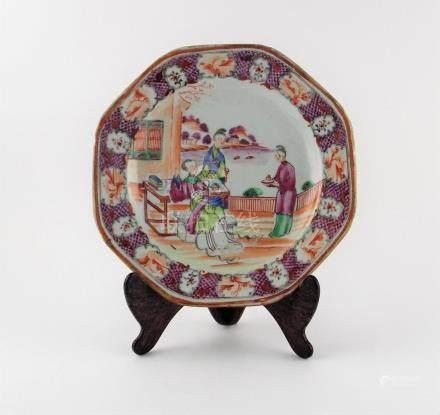 """PLATO CHINO. Octogonal, en porcelana decorada """"damas y flore"""