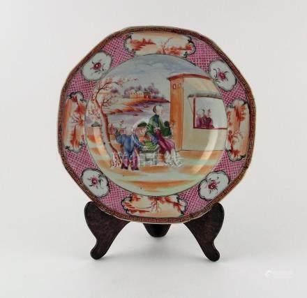 "PLATO CHINO HONDO. Octogonal, en porcelana decorada ""persona"