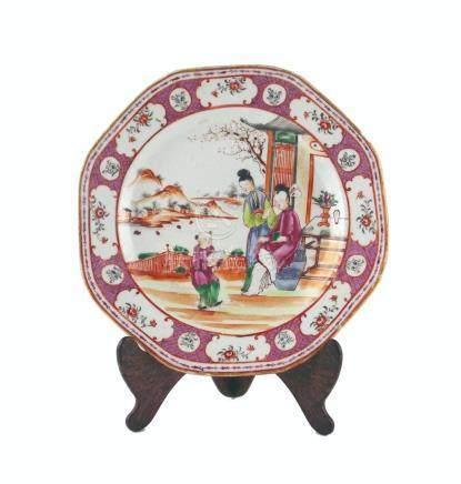 "PLATO CHINO. Octogonal, en porcelana decorada ""personaje, pa"