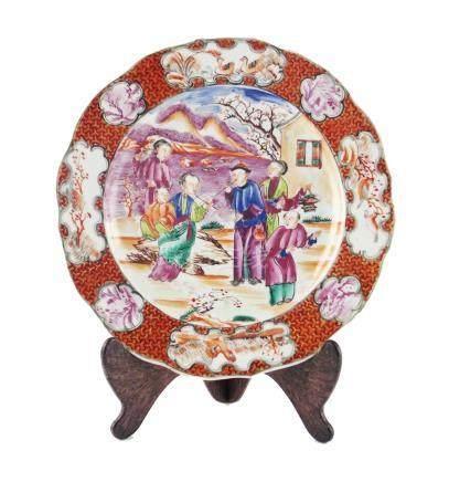 """PLATO CHINO. En porcelana decorada """"personajes, aves y flore"""