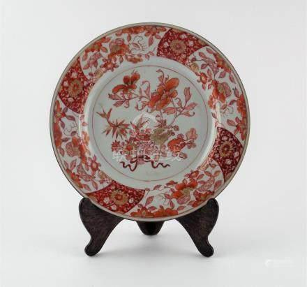 """PLATO CHINO. En porcelana decorada """"flores"""" en ocre y oro. D"""