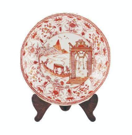 "PLATO CHINO. En porcelana decorada ""paisaje, personajes, ave"