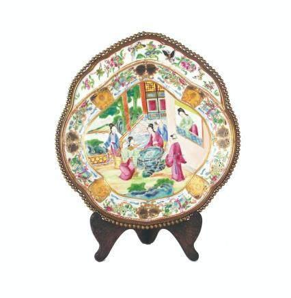 "FUENTE CHINA. En porcelana Cantón antiguo pintada a mano ""es"