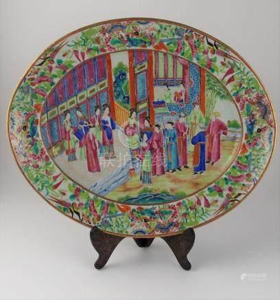 FUENTE CHINA. Ovalada, en porcelada Cantón antiguo pintada a