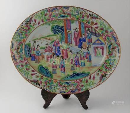 FUENTE CHINA. Ovalada, en porcelada Cantón antiguo, pintada