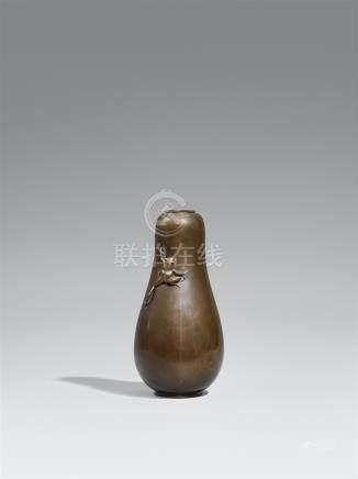 A gourd-shaped Izumi Seijô bronze vase. Around 1900