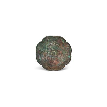 Spiegel, China, T'ang. Bronze, patiniert. Reliefierter Phöni
