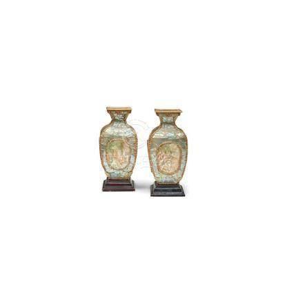 Ein Paar Vasen, China, um 1900. Holz, mit Perlmutt belegt. A