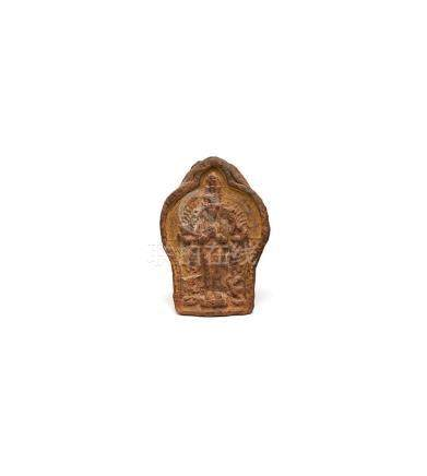Halbrelief einer Gottheit, Indien, 17. Jh. Roter Ton. Stehen
