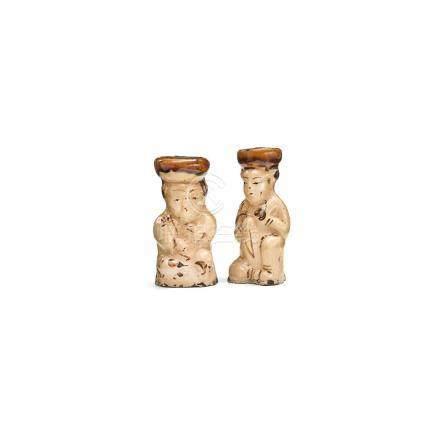 Zwei Öllämpchen in Form von Figuren, China, Sung. Sandfarben