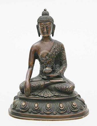 Skulptur des Buddha Shakyamuni.Bronze mit dunkel- und mittelbrauner Patina. Der Buddha sitzt auf