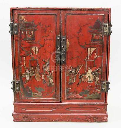 Hausaltar-Schrank.Außen rot, innen schwarz gelackter, geradliniger, zweitüriger wohl Ulmenkorpus mit