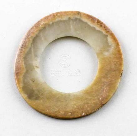 Huan-Bi.Weiß-gelbliche Jade mit beigen, kalzinierten Partien im Randbereich. Runden Bi-Scheiben