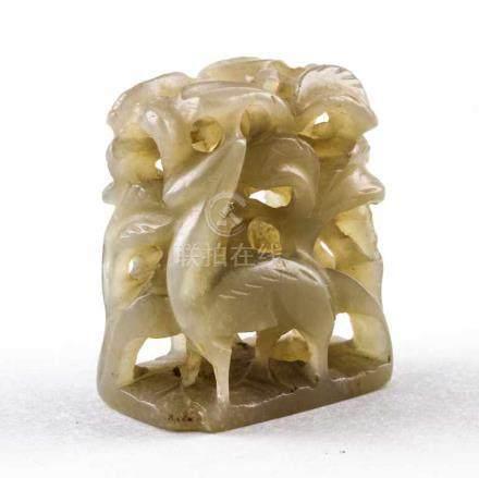 Hutknopf oder Handhabe.Seladonfarbene Jade. In Durchbrucharbeit zwei unter Bäumen stehende