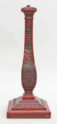 Kerzenleuchter,einflammig. Holz, fein beschnitzt mit div. antiken Mustern und Bordüren. In Rot-