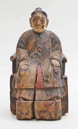 Ahnenfigur.Holz mit Resten von schwarzem, rotem und weißem Lack. Darstellung einer auf einem