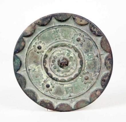 Spiegel, Han-Dynastie.Bronze mit originaler Alterspatina. Oberfläche mit ornamentierter,