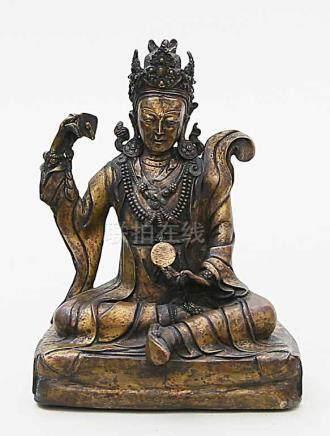 Skulptur des Padmasambhava.Vergoldete Bronze, 1.904 g. Boden mit Holzplatte partiell verschlossen.