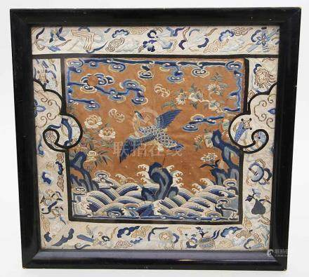 Seidenstickerei (Rangabzeichen).Landschaftskartusche mit Reiher über Wellen, von Symbolen umgeben.