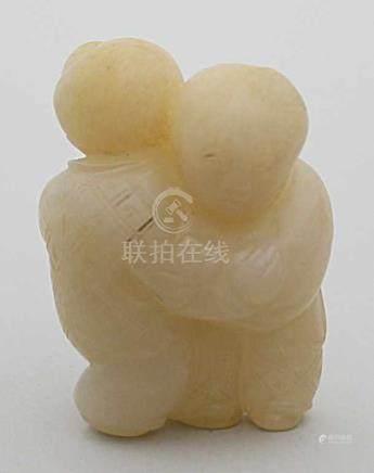 "Jade-Skulptur ""Kinderpaar, sich umarmend"".Weiße Jade. China, wohl Qing-Periode. H. 4,4 cm."