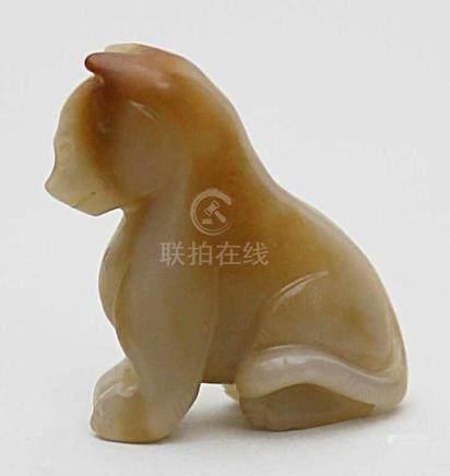 """Jade-Skulptur """"sitzende Raubkatze"""".Weiße Jade mit bräunlicher Färbung. China. H. 3,7 cm."""