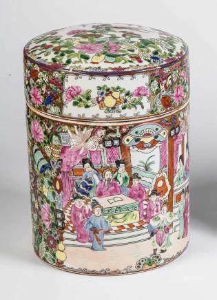 Famille-Rose-DeckeldoseChina, 20. Jahrhundert Zylinderförmiges Gefäß, polychrom und gold