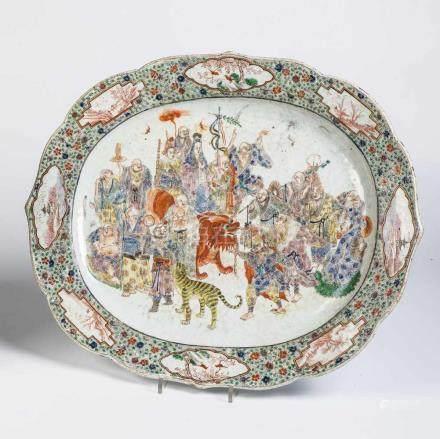 PlatteChina, 19. Jahrhundert Ovale Platte mit geschweifter Fahne. Porzellan polychrom staffiert