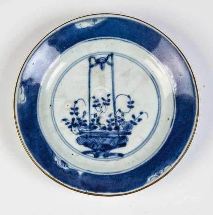 Kleiner TellerChina, wohl 16./17. Jahrhundert Blau-weißer Blumendekor mit Goldrand. Auf der