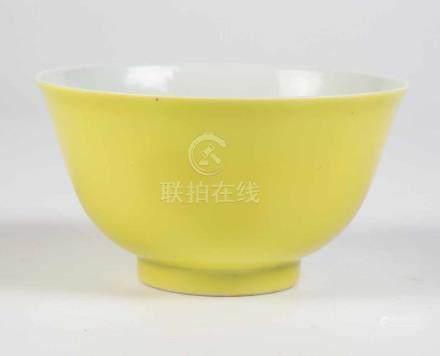 Zitronengelbe SchaleChina, Qing Dynastie, wohl 18. Jahrhundert Zitronengelb glasierte,