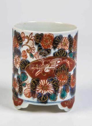 Imari-PinselbecherJapan, wohl 18. Jahrhundert Zylinderförmiger Becher auf drei Füßen. Floraler Dekor