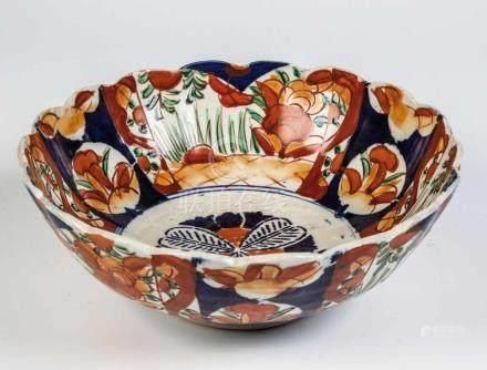 Imari-SchaleJapan, Meiji, um 1900 Schale auf Standring mit gewelltem Rand. Floraler Dekor in