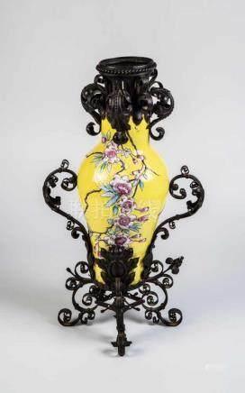 Famille-jaune-VaseChina, 19./20. Jahrhundert Balusterförmige Vase mit umlaufendem Reliefdekor