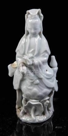 GuanyinChina, wohl 17./18. Jahrhundert Bodhisattva des Mitgefühls auf einer Lotusblüte sitzend.