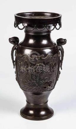 Vase mit HandhabenJapan, wohl Meiji Balusterförmige Vase mit zwei Handhaben in Form von