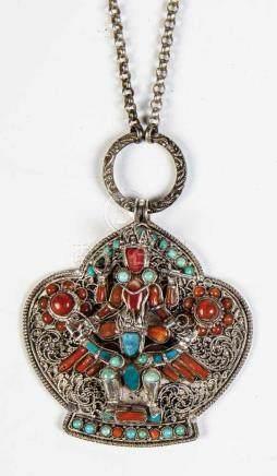 Kette mit AnhängerTibet/Nepal, Ende 19./Anfang 20. Jahrhundert Erbskette mit Silberanhänger, besetzt