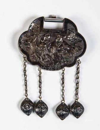 Anhänger in Form eines KastenschlossesChina, Qing-Dynastie, um 1900 Ovales Amulett mit vier