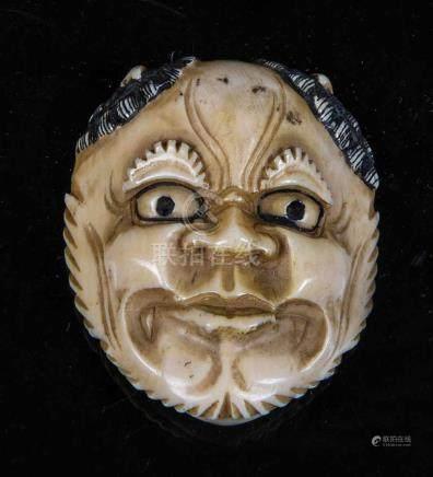 """Netsuke von GyokushiJapan, Meiji-Periode, 19. Jahrhundert Maske. Elfenbein geschnitzt. Signiert """""""