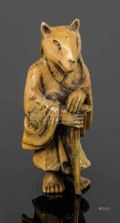 Netsuke von MasayukiJapan, Meiji-Periode, 19. Jahrhundert Stehende Figur mit Tiergesicht.