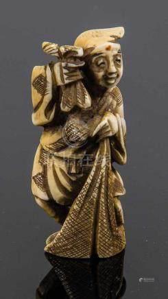 Netsuke von GyokugetsuJapan, Meiji-Periode, 19. Jahrhundert Stehender Fischer mit Netz. Elfenbein,