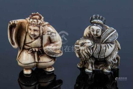 Konvolut zwei NetsukeJapan, Meiji-Periode, 19. Jahrhundert Stehender Mann und Frau mit Ziege.