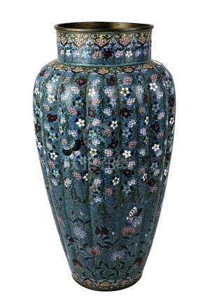Große japanische Cloisonné-Vase, Meiji-Periode, um 1890, Kupferkorpus mit umlaufend längsgefächerter