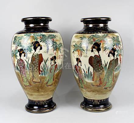 Paar große Satsuma-Vasen, Japan um 1900-1920, Keramik heller Scherben, dunkelblauer Kobaltgrund
