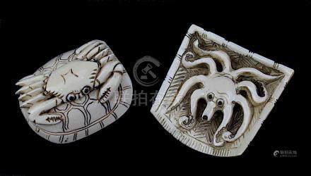 2 japanische Netsukes aus Elfenbein, Oktopus und Krabbe auf Schildkröte, handgeschnitzte Figuren,