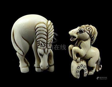 2 japanische Netsukes aus Elfenbein, 2 verschiedene Pferde, handgeschnitzte Figuren, H 4,2 bzw. 5