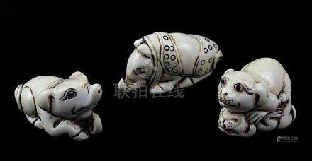 3 japanische Netsukes aus Elfenbein, Schwein, Nashorn und spielende Hundewelpen, handgeschnitzte