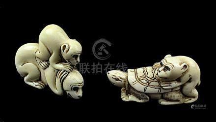 2 japanische Netsukes aus Elfenbein, Affenpaar und Affe auf Schildkröte, handgeschnitzte Figuren,