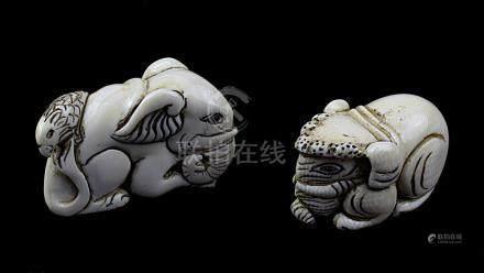 2 japanische Netsukes aus Elfenbein, kauernder Elefant und Elefant mit Vogel, handgeschnitzte